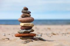 Conceito do equilíbrio e da harmonia rochas na costa do mar dentro Foto de Stock