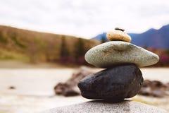 Conceito do equilíbrio e da harmonia rochas na costa na natureza Imagem de Stock Royalty Free