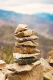 Conceito do equilíbrio e da harmonia rochas na costa na natureza Imagem de Stock
