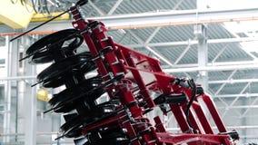 Conceito do equipamento da agricultura Maquinaria agr?cola para o cultivo de solo filme