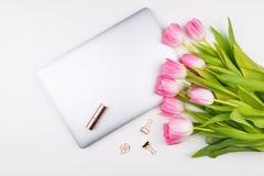 Conceito do escritório domiciliário das mulheres Espaço de trabalho da vista superior com flor das tulipas fotos de stock royalty free