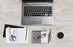 Conceito do espaço de trabalho da educação ou do negócio, caderno, monóculos do portátil e dos acessórios e copo de café imagem de stock royalty free