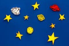 Conceito do espaço Estrelas tiradas, planetas, asteroides na opinião superior do fundo azul do espaço Imagem de Stock