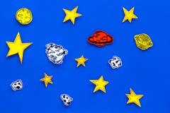Conceito do espaço Estrelas tiradas, planetas, asteroides na opinião superior do fundo azul do espaço Fotos de Stock