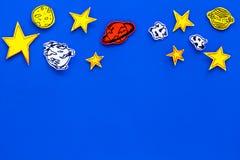 Conceito do espaço Estrelas tiradas, planetas, asteroides no espaço azul da cópia da opinião superior do fundo do espaço Foto de Stock