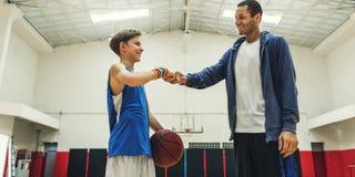 Conceito do esporte do salto de Boy Athlete Basketball do treinador fotos de stock royalty free