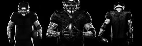 Conceito do esporte Jogador do desportista do futebol americano no fundo preto Conceito do esporte imagens de stock