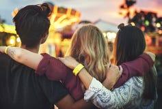Conceito do estilo de vida da apreciação dos amigos do parque de diversões Fotografia de Stock