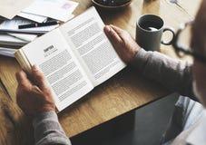 Conceito do estilo de vida do livro do curso da leitura da ruptura de café foto de stock