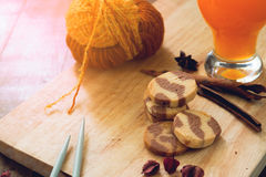 Conceito do estilo de vida do outono com cookies, suco de laranja e confecção de malhas, conceito do estilo de vida Foto de Stock Royalty Free