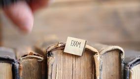 Conceito do exame, estilo retro, livros e etiqueta filme