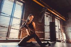 Conceito do exercício do treinamento da força da aptidão - menina 'sexy' do esporte do halterofilista muscular que faz exercícios fotos de stock royalty free