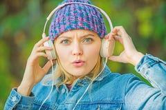 Conceito do fan de m?sica Os fones de ouvido devem ter o dispositivo moderno Aprecie o som poderoso Sentimento impressionante A m imagens de stock