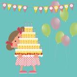 Conceito do feliz aniversario Menina de sorriso bonito que guarda um bolo grande com velas em suas mãos Imagem de Stock