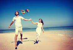 Conceito do feriado da fuga do voo do papagaio da praia dos pares imagens de stock