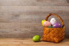 Conceito do feriado da Páscoa com os ovos sobre o fundo de madeira Fotografia de Stock Royalty Free