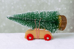 Conceito do feriado do Natal com o pinheiro no carro do brinquedo Foto de Stock