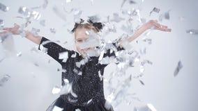 Conceito do feriado e do partido Confetes de jogo da menina feliz filme