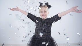 Conceito do feriado e do partido Confetes de jogo da menina feliz vídeos de arquivo