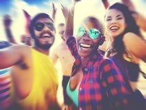 Conceito do festival do partido da praia do verão dos amigos imagens de stock royalty free