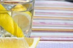 Conceito do frescor, bebida caseiro da desintoxicação do verão da limonada com o limão nos frascos de vidro Água fresca, bebida d Fotografia de Stock Royalty Free