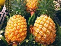 Conceito do fruto Muitos abacaxis estão na bandeja para a venda em super Foto de Stock