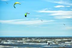 Conceito do fundo de Kitesurfing, dois kitesurfers no oceano do mar imagem de stock