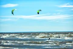 Conceito do fundo de Kitesurfing, dois kitesurfers no oceano do mar imagens de stock