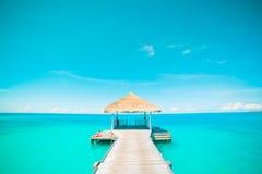 Conceito do fundo do curso do feriado das férias do turismo da praia do verão Mulher idílico romântica de relaxamento da felicida Fotos de Stock Royalty Free