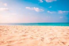 Conceito do fundo do curso do feriado das férias do turismo da praia do verão Mulher idílico romântica de relaxamento da felicida Imagens de Stock