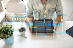 Conceito do gerenciamento de relacionamento com o cliente na tela virtual Nuvem das palavras fotos de stock royalty free
