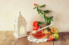 Conceito do hashanah de Rosh (feriado judaico) - mel e romã sobre a tabela de madeira símbolos tradicionais do feriado Foto de Stock