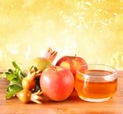 Conceito do hashanah de Rosh - mel e romã da maçã sobre a tabela de madeira fotos de stock royalty free