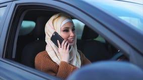 Conceito do hijab moderno A mulher muçulmana conduz um carro da condução à direita video estoque