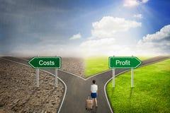 Conceito do homem de negócios, estrada dos custos ou do lucro à maneira correta Imagens de Stock