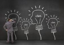 Conceito do homem de negócios pensativo que olha bulbos enfrentados da forma na parede Imagem de Stock