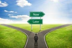 Conceito do homem de negócios, sinal agora ou estrada mais atrasada à maneira correta Imagens de Stock Royalty Free