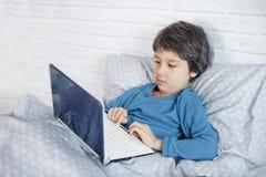 Conceito do homem de neg?cios pequeno, webmaster, programador, colaborador, desenhista do Web site imagem de stock royalty free