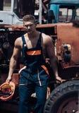 Conceito do homem Resto considerável do empoyee do homem na cabine do trator Trabalhador seguro do homem no carregador do backhoe Foto de Stock