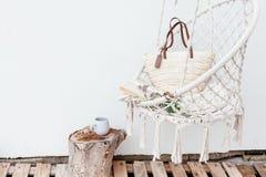 Conceito do hygge do verão com a cadeira da rede no jardim Fotos de Stock