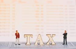 Conceito do imposto com bloco de madeira Impostos em bens imobiliários, pagamento fotografia de stock