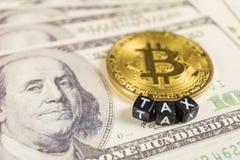 Conceito do imposto de Bitcoin em notas de dólar foto de stock royalty free