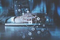conceito do Internet e dos trabalhos em rede da segurança do cyber Mão do homem de negócios fotografia de stock