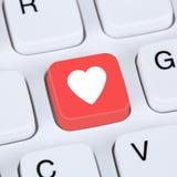 Conceito do Internet que procura o sócio e datar em linha do amor Imagens de Stock