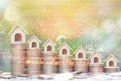 Conceito do investimento empresarial e dos bens imobiliários, exposição dobro da casa modelo crescente e gráfico na pilha de dinh ilustração royalty free