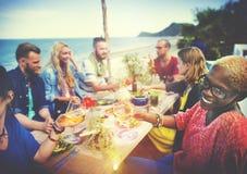 Conceito do jantar do divertimento do verão da amizade da celebração dos elogios da praia imagens de stock royalty free