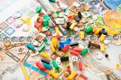 Conceito do jogo de mesa muitos figuras, dados e moedas do campo do jogo de mesa imagem de stock royalty free