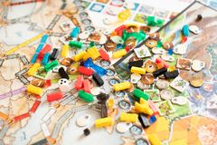 Conceito do jogo de mesa muitos figuras, dados e moedas do campo do jogo de mesa imagens de stock royalty free