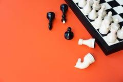 conceito do jogo de xadrez Placa de xadrez com figuras no espa?o alaranjado da c?pia da opini?o superior do fundo fotos de stock royalty free