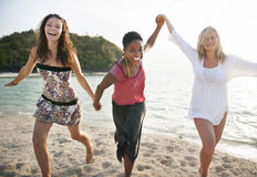 Conceito do lazer da apreciação do divertimento da praia das mulheres da menina fotografia de stock
